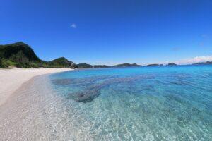 安室島の綺麗な海岸